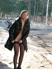 Blonde candy shows her little smooth quim in park