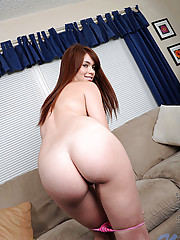 Sexy babe Ashlynrae gets naked and plays her pussy with her magic wand on the sofa
